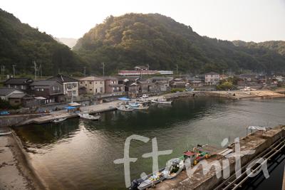 B脇川集落を走る羽越本線_新潟県山北町8月.jpg