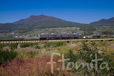 B長野電鉄と高社山(高井富士).jpg