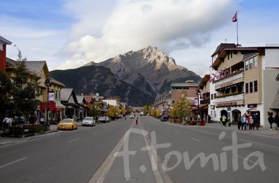 B1バンフの町並みとカスケード山.jpg