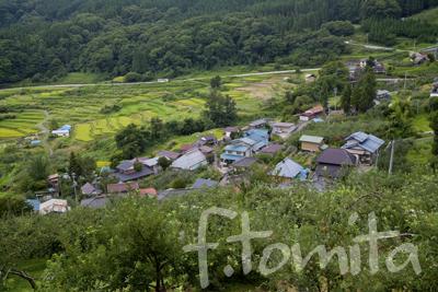 初秋の集落と路線バス.jpg