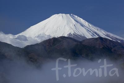 B霧晴れる富士山.jpg