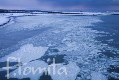 B2冬の朝、流氷流れる十三湖から日本海へ.jpg