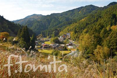 B2山に囲まれた集落_福岡県東峰村11月.jpg