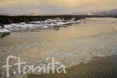 B3冬の朝、流氷流れる十三湖2.jpg