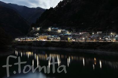 B2鴨沢集落と奥多摩湖の夜景.jpg